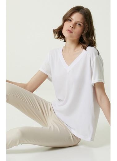 NetWork 1079924 Kadın Basic Fit V Yaka İşlemeli T-shirt Beyaz